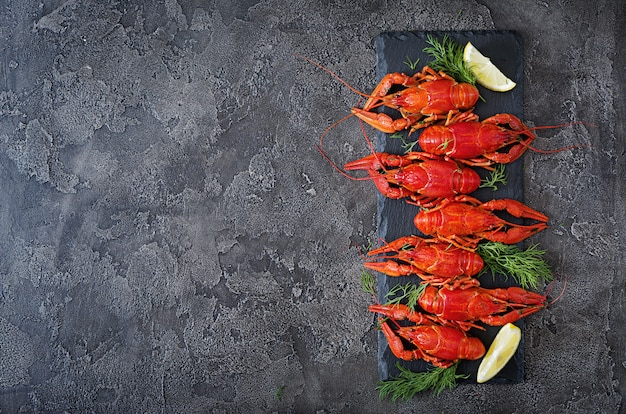 Cangrejo de río. crawfishes hervidos rojos en la tabla en el estilo rústico, primer. primer plano de langosta.
