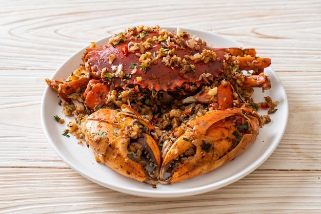 Cangrejo salteado con sal picante y pimienta - estilo marisco