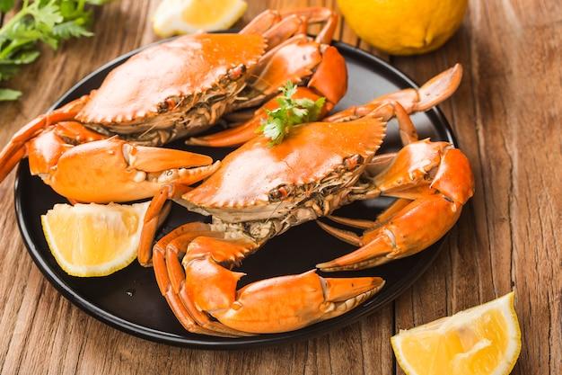 Los cangrejos maduros en el plato negro,