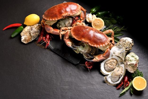 Cangrejos y mariscos frescos dispuestos sobre la superficie de piedra