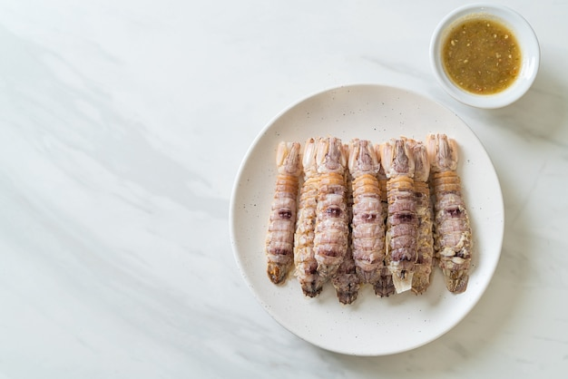 Cangrejos de río o camarones mantis al vapor o estomatópodos con salsa picante de mariscos