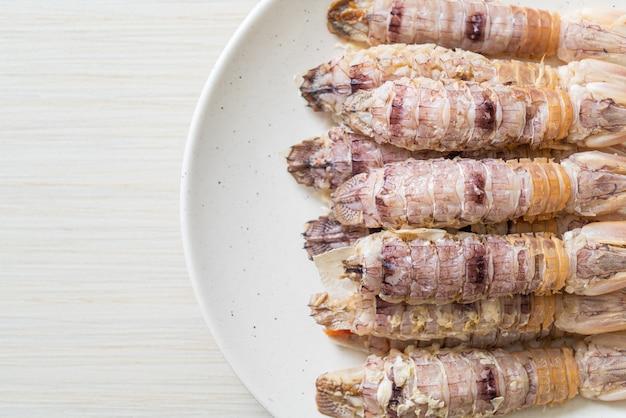 Cangrejos de río o gambas mantis o estomatópodos al vapor con salsa picante de mariscos