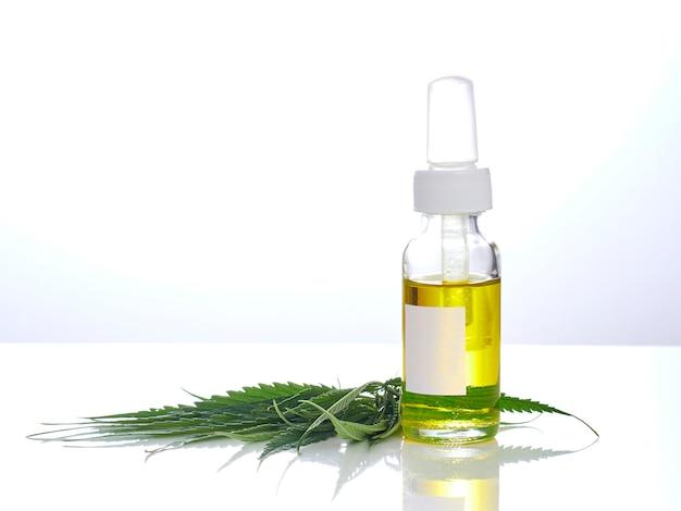 Cannabis con extracto de aceite en una botella.