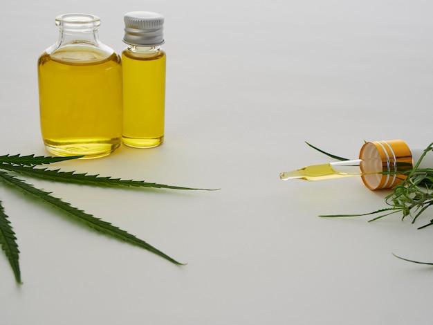 Cannabis con extracto de aceite en una botella