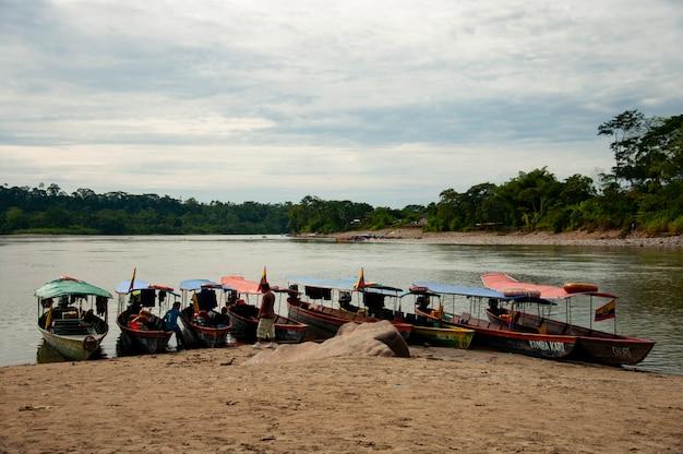 Canoas en una playa en la amazonía ecuatoriana