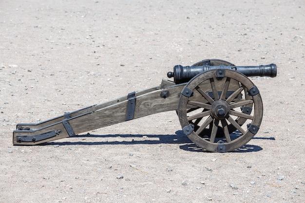Cañón antiguo de la fortaleza del castillo. pistola de artillería medieval, al aire libre, cerrar