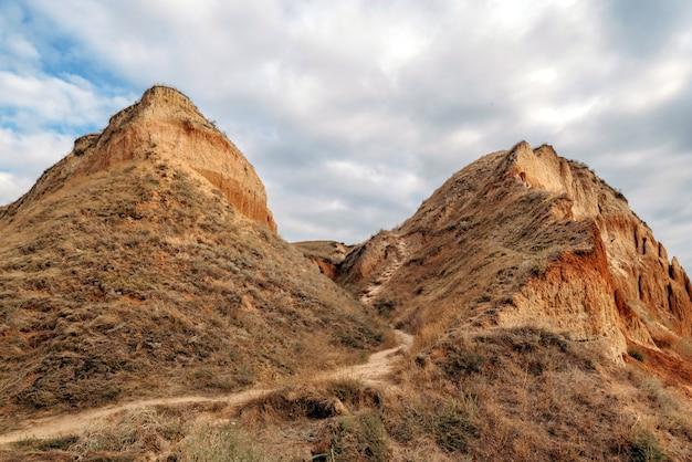 Cañón de la cueva grande en la región de kherson en la orilla del estuario village stanislav