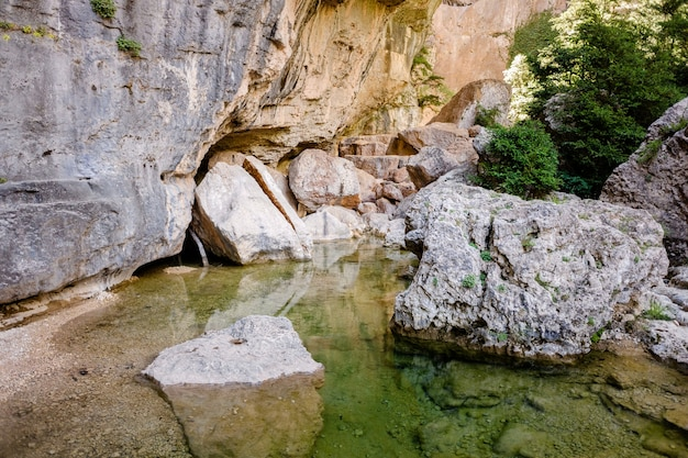 Cañones y acantilados tallados por el río en parrizal, cerca de la ciudad de beceite, en españa.