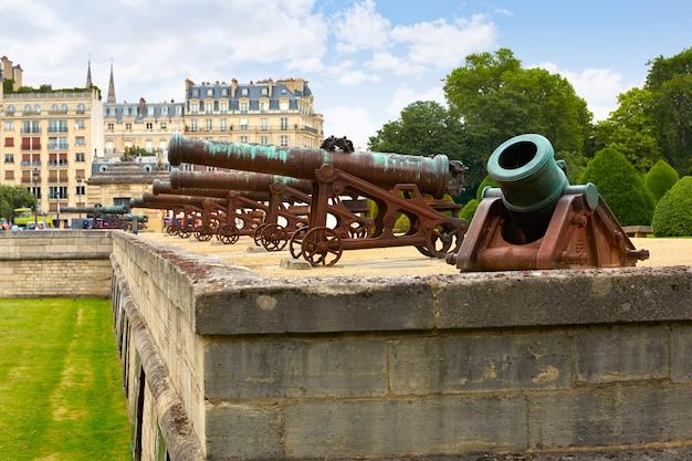 Cañones de fachada de los inválidos en parís, francia