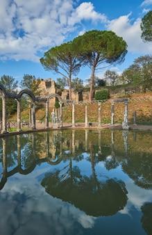 Canopus antiguo de la piscina rodeado de esculturas griegas