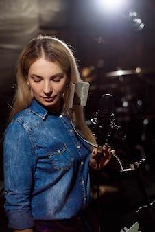 Cantante cantando una canción. mujer actuando en una grabación st