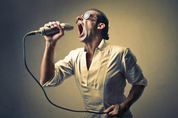 Cantante cantando fuerte