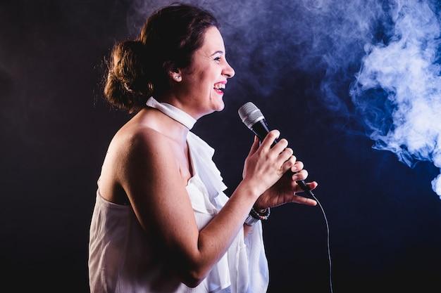 Cantante sonriente en el concierto
