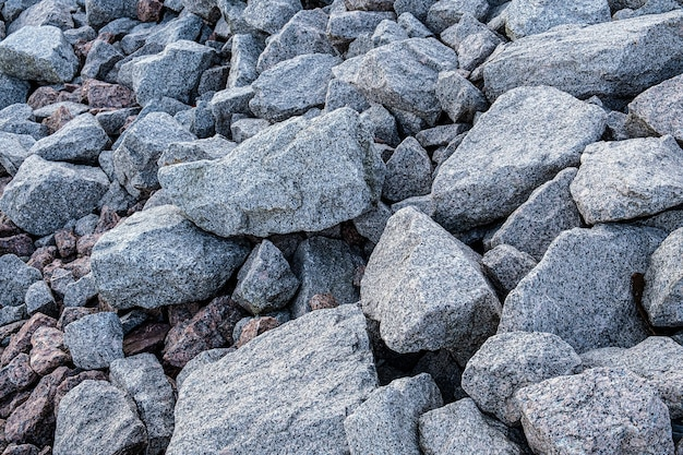 Cantera de granito. textura de piedra de granito, cantos rodados esparcidos alrededor.