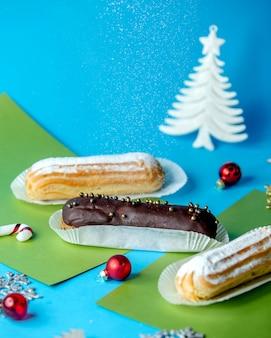 Canutillos de chocolate y vainilla espolvoreados con azúcar en polvo