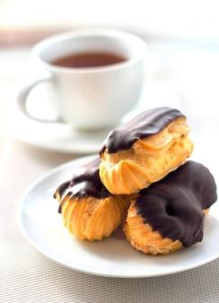 Canutillos con crema en cobertura de chocolate