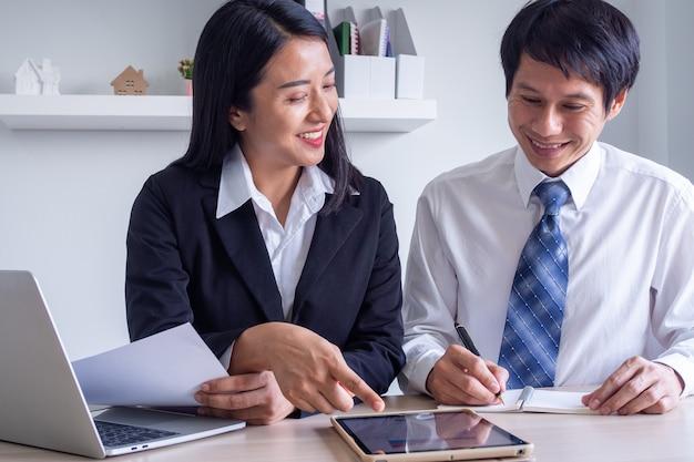 Capacitación de nuevos mentores, coaching, trabajo y tutoría con pasantías, aprender a trabajar en la oficina de pasantías, conceptos de capacitación.