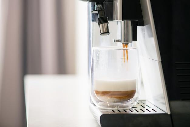 Capas de café y leche en vaso.