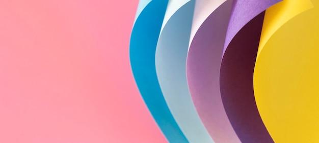 Capas curvas de papeles de colores copie el espacio
