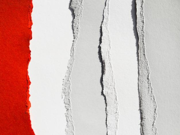 Capas de papel rasgadas en franjas verticales