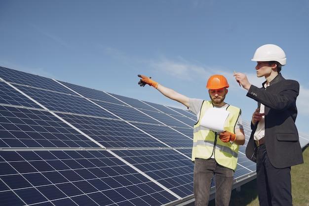 Capataz y empresario en la estación de energía solar.