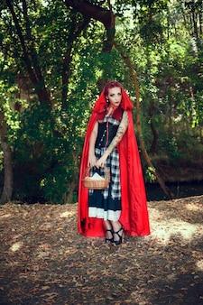 Caperucita roja y lobo gris. interpretación moderna de un cuento de hadas.