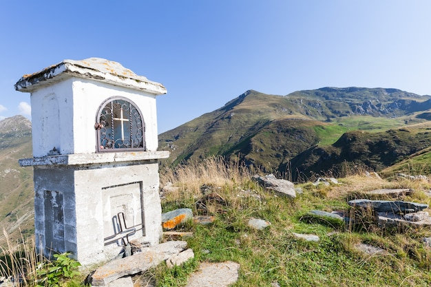 Capilla cristiana durante un día soleado en los alpes italianos - concepto de fe
