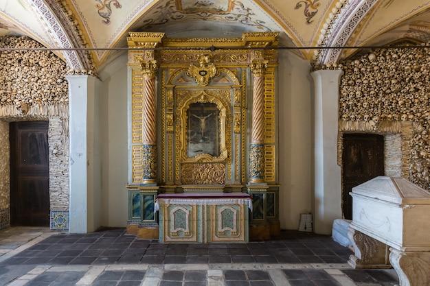 La capilla de los osos (capilla de los huesos), iglesia de san francisco. la capilla recibe su nombre porque las paredes interiores están cubiertas y decoradas con cráneos y huesos humanos.