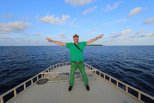 Capitán de barco en cubierta en el mar