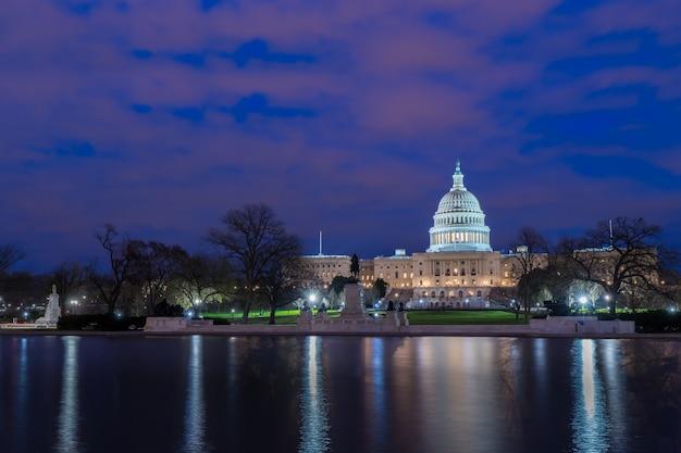 El capitolio de los estados unidos con la reflexión en la noche, washington dc, ee.uu.