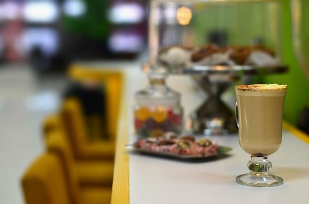 Cappuccino fresco con algunos dulces.