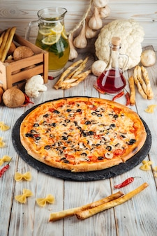Capricciosa pizza italiana con aceitunas y champiñones