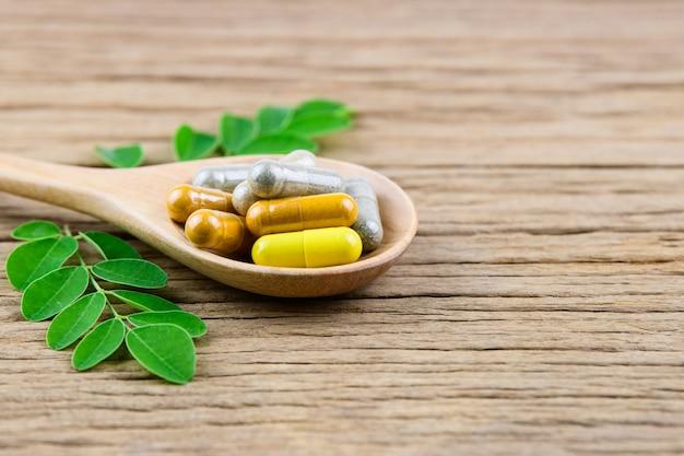 Cápsula de hierbas medicinales, vitaminas y suplementos naturales.