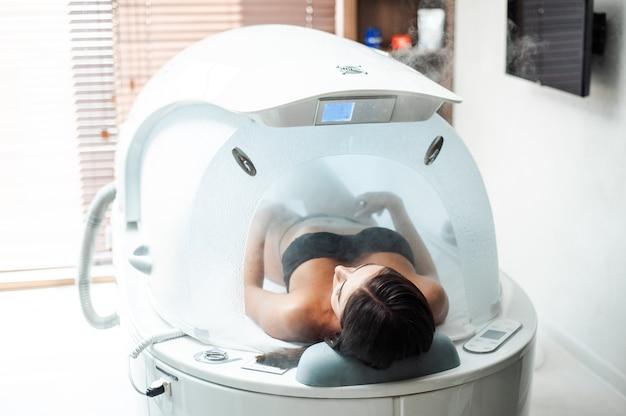 Cápsula moderna para hidroterapia en un salón de belleza para mujeres.