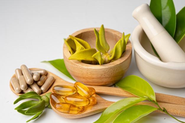 Cápsula orgánica a base de hierbas de medicina alternativa con vitamina e omega 3 aceite de pescado.