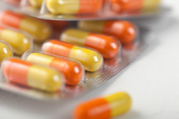 Cápsula de píldoras en tira de plástico en blanco. antibióticos, vitaminas, analgésicos.