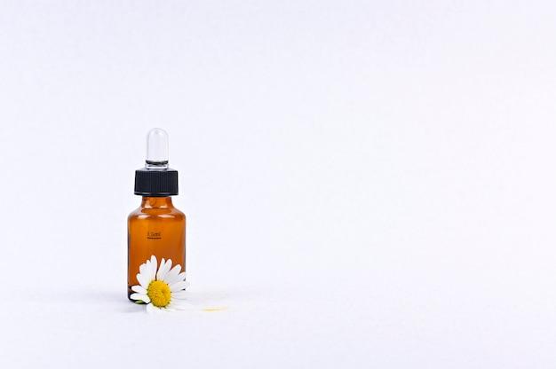 Cápsula con una pipeta para vitaminas y aceite. espacio libre para texto.