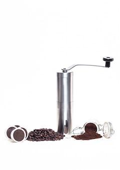Cápsulas de café y granos de café aislados en blanco