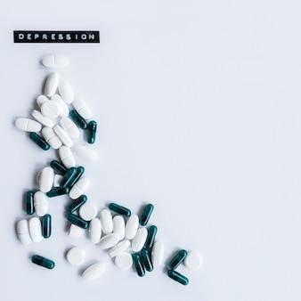 Cápsulas y tablas con etiqueta de depresión sobre fondo blanco