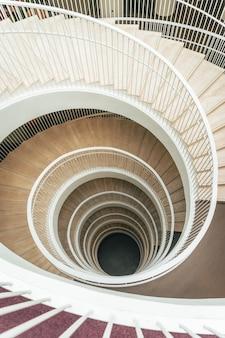 Una captura de una hermosa escalera de caracol.