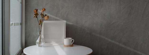 Captura recortada del diseño interior del hogar loft con mesa de centro de círculo blanco