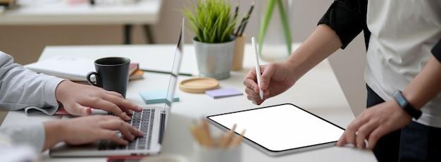 Captura recortada de dos empresaria trabajando juntos en mesa blanca