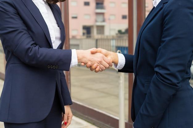 Captura recortada de empresarias dándose la mano