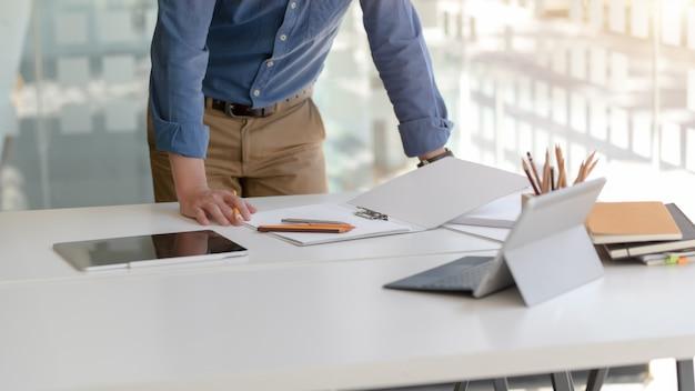 Captura recortada del empresario centrado en su trabajo con tabletas digitales