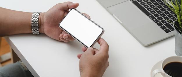 Captura recortada del empresario masculino con teléfono inteligente horizontal
