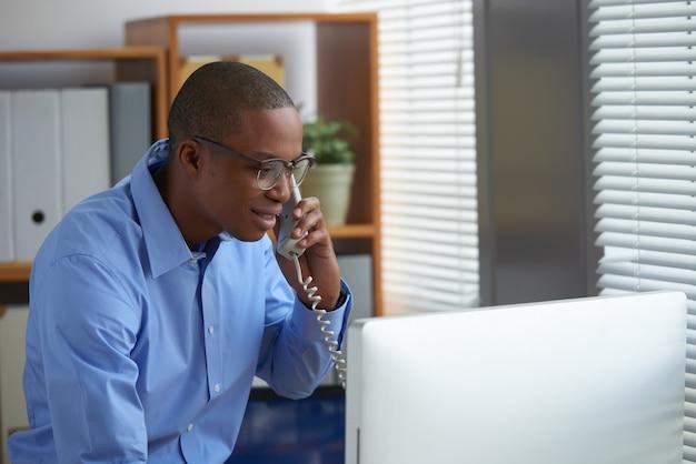 Captura recortada del empresario negro llamando a un socio comercial