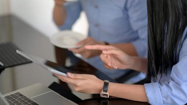 Captura recortada de empresarios que consultan sobre su proyecto en la mesa negra