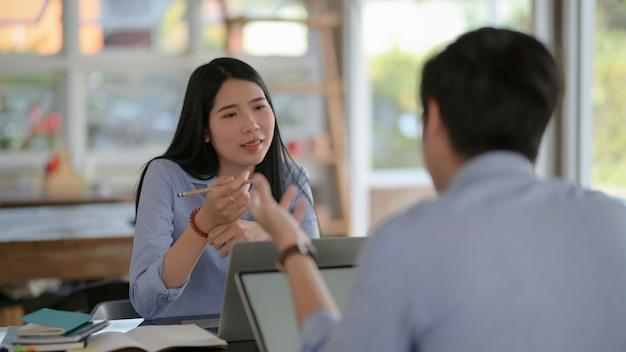 Captura recortada de empresarios que consultan sobre su trabajo con una computadora portátil
