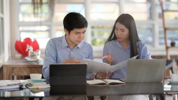 Captura recortada de empresarios que consultan sobre su trabajo con tabletas