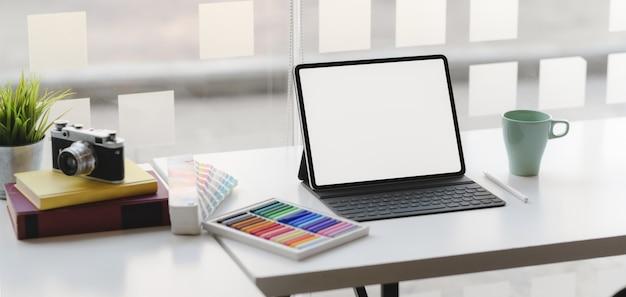 Captura recortada del lugar de trabajo de diseño moderno con tableta de pantalla en blanco